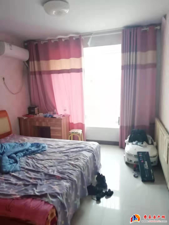 惠民小区4楼2室1厅 带部分家具家电 年租9000元